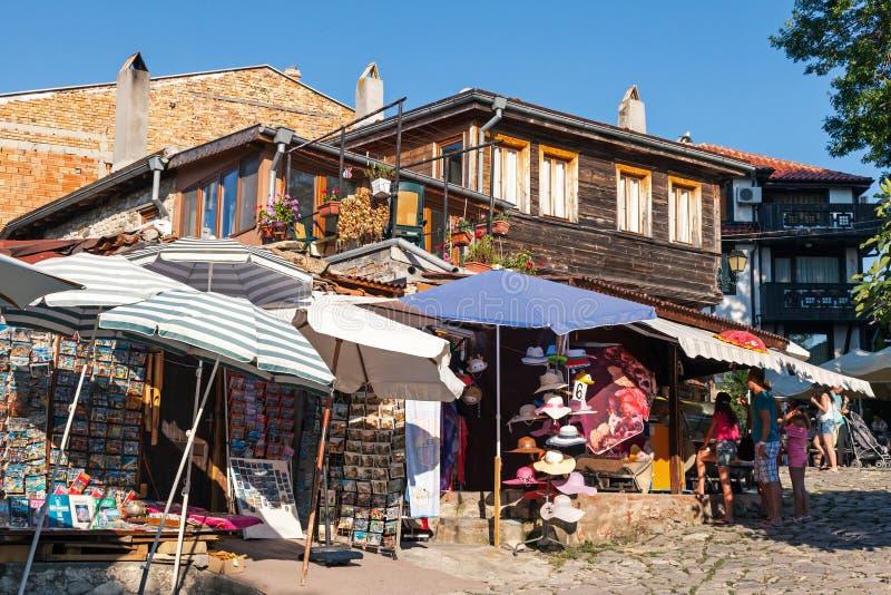 Pequeñas tiendas de souvenirs en Nessebar viejo, Bulgaria fotografía de archivo libre de regalías