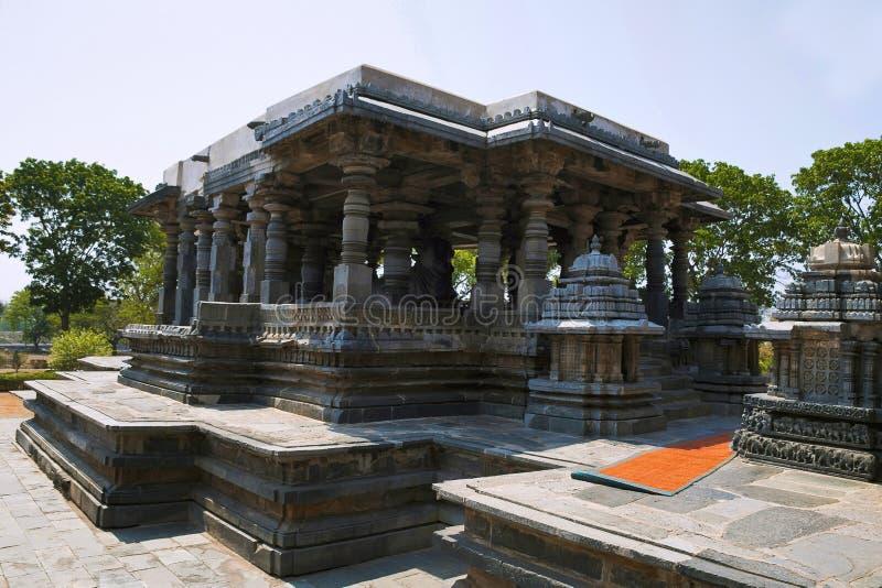Pequeñas torres y Nandi Mandapa delante de la capilla de Hoysaleshvara, templo de Hoysaleshvara, Halebid, Karnataka, la India, vi imagen de archivo libre de regalías