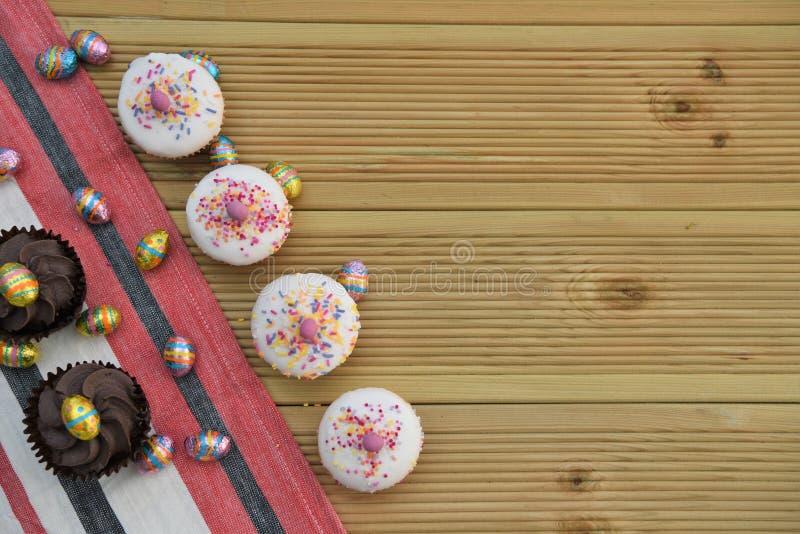 Pequeñas tortas deliciosas con los huevos de Pascua del chocolate para la decoración y el espacio imagenes de archivo