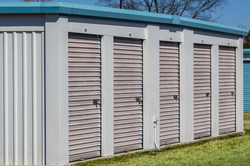 Pequeñas unidades del edificio de almacenamiento del uno mismo fotografía de archivo libre de regalías