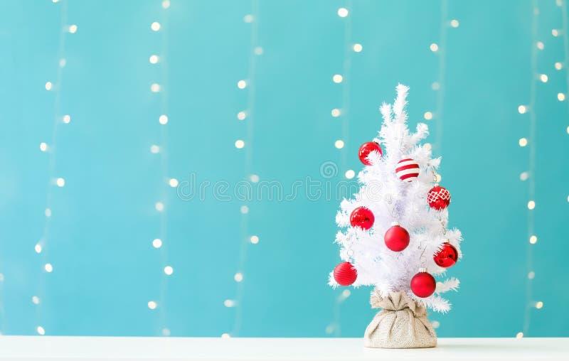 Pequeño árbol de navidad blanco con las chucherías imágenes de archivo libres de regalías