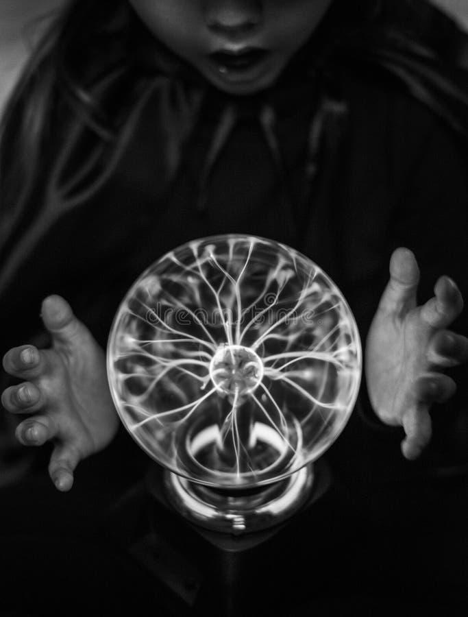 Pequeño adivino con una bola del plasma imagen de archivo