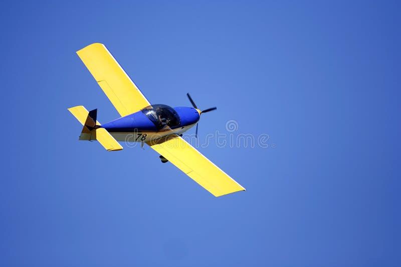 Pequeño aeroplano amarillo imágenes de archivo libres de regalías