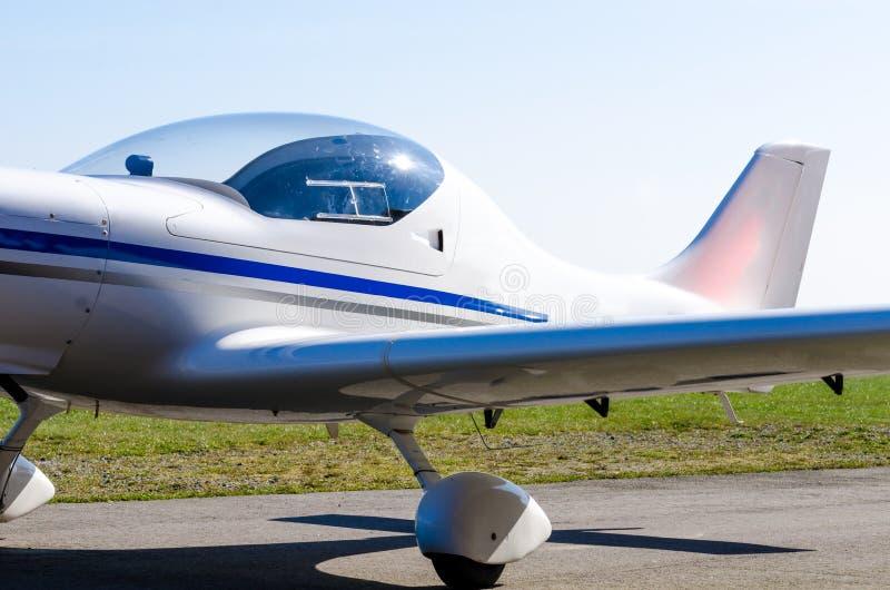 Pequeño aeroplano en la tierra imágenes de archivo libres de regalías