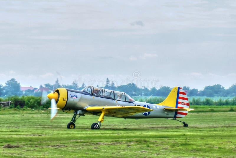 Pequeño aeroplano que saca la tierra en la aero- demostración imágenes de archivo libres de regalías