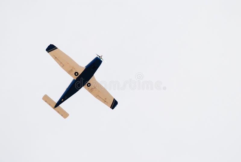 Pequeño aeroplano retro en el cielo fotos de archivo libres de regalías