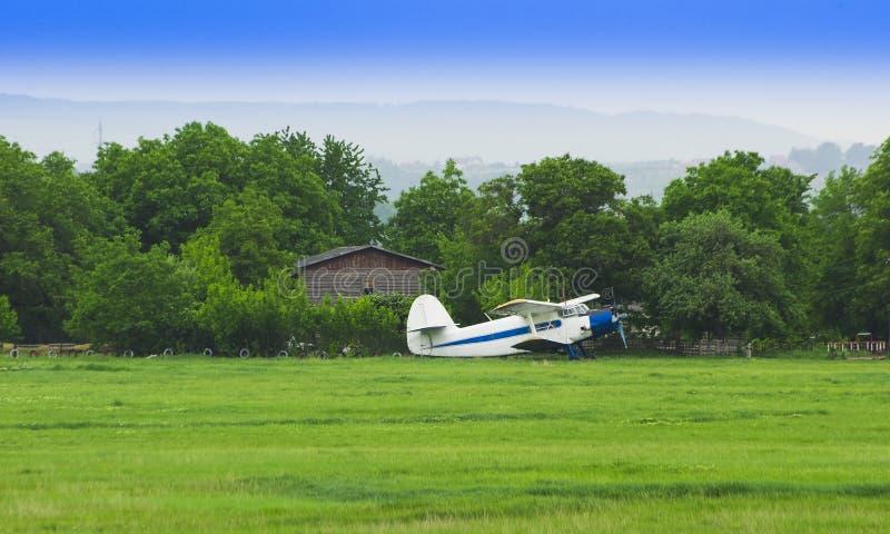 Pequeño aeroplano viejo en la granja imágenes de archivo libres de regalías
