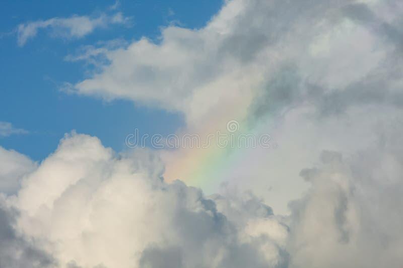 Pequeño arco iris dentro de las nubes fotografía de archivo