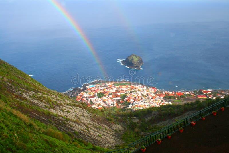 Pequeño arco iris sobre panorama del pueblo en Tenerife, islas Canarias fotos de archivo
