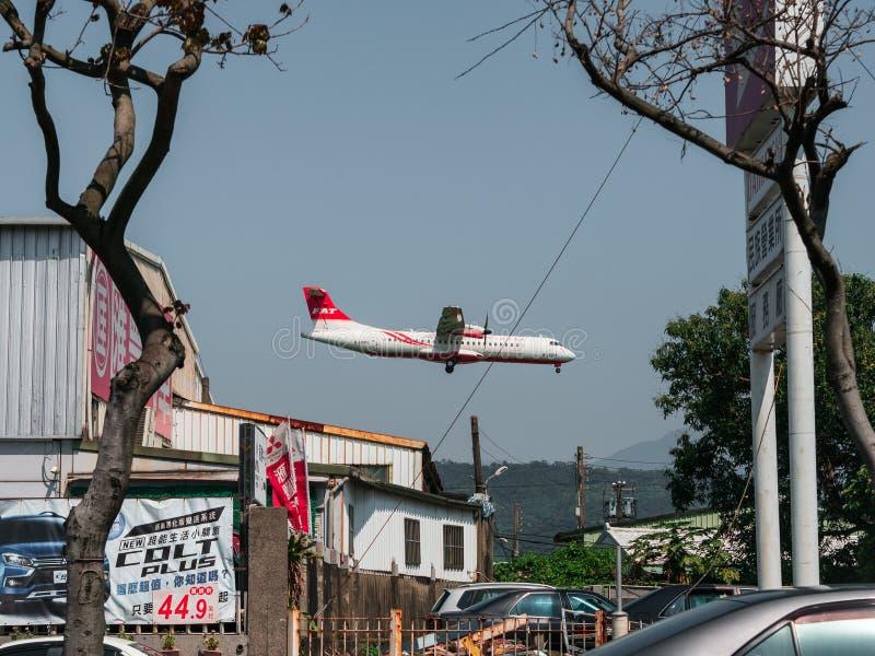 Peque?o ATR 72-600 del aeroplano de Far Eastern Air Transport que aterriza en el aeropuerto de Taipei Songshan en Taiw?n imagenes de archivo