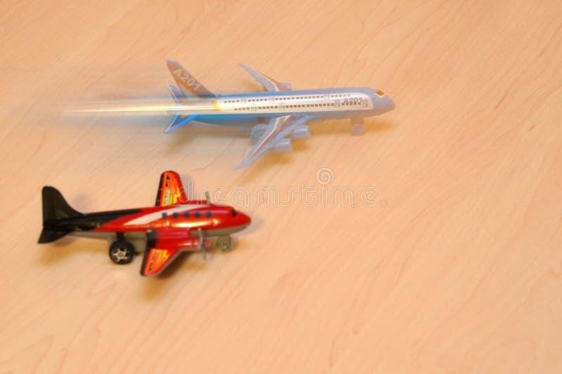 Pequeño avión de pasajeros, juguetes del aeroplano, combatientes del aire adquiridos un fondo ligero fotos de archivo libres de regalías