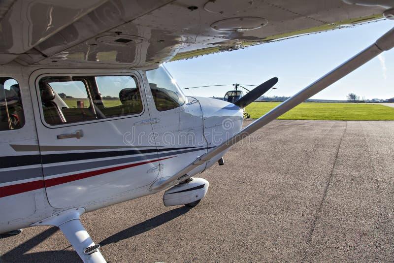 Pequeño avión en aeropuerto privado foto de archivo