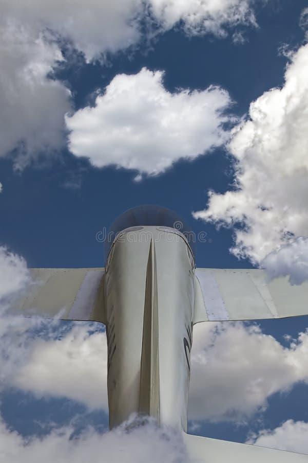 Pequeño avión en nubes imagenes de archivo