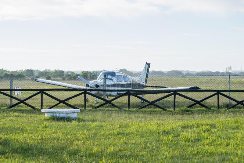 Pequeño avión estacionado en el aeródromo fotos de archivo