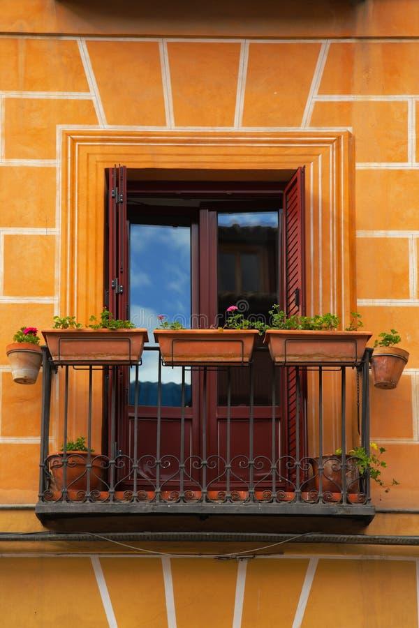 Pequeño balcón en la fachada fotos de archivo