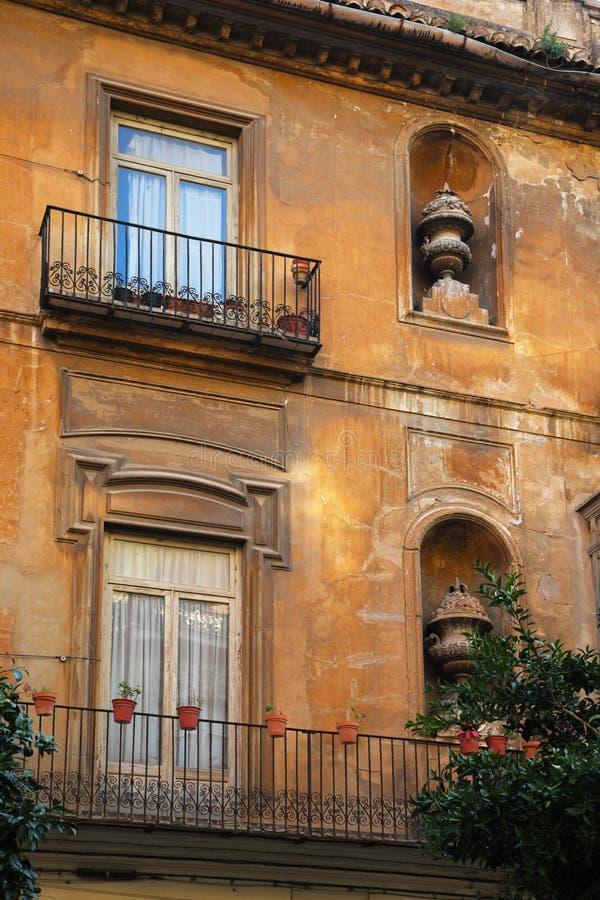 Pequeño balcón en la fachada del edificio fotos de archivo