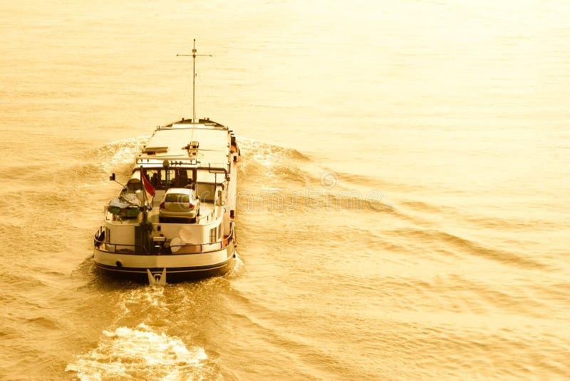 Pequeño barco de carga en el agua imagen de archivo libre de regalías