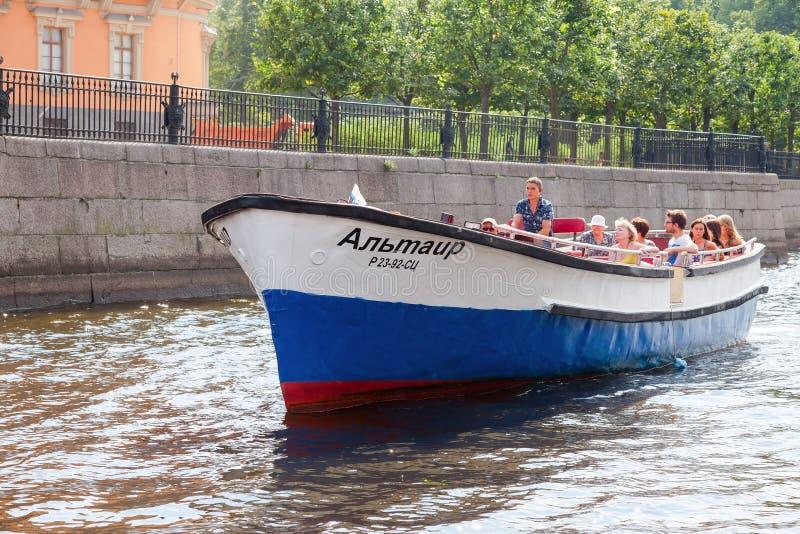 Pequeño barco de la travesía del río con los pasajeros que navegan en el río Nev fotos de archivo libres de regalías