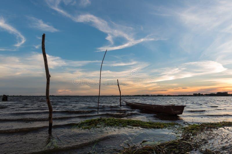 Pequeño barco de pesca en crepúsculo fotos de archivo