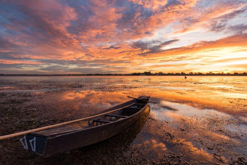 Pequeño barco de pesca en crepúsculo foto de archivo libre de regalías