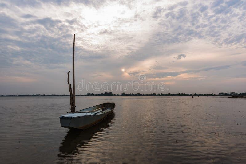 Pequeño barco de pesca en crepúsculo fotografía de archivo