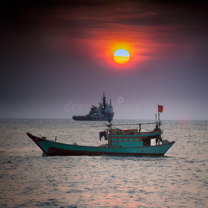 Pequeño barco de pesca en el mar del sur de China, Vung Tau, Vietnam fotografía de archivo