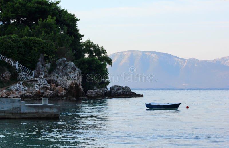 Pequeño barco de pesca en la agua de mar imagen de archivo libre de regalías