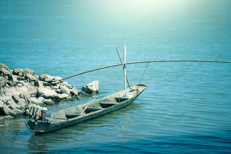 Pequeño barco de pesca y mar azul en la salida del sol fotografía de archivo libre de regalías