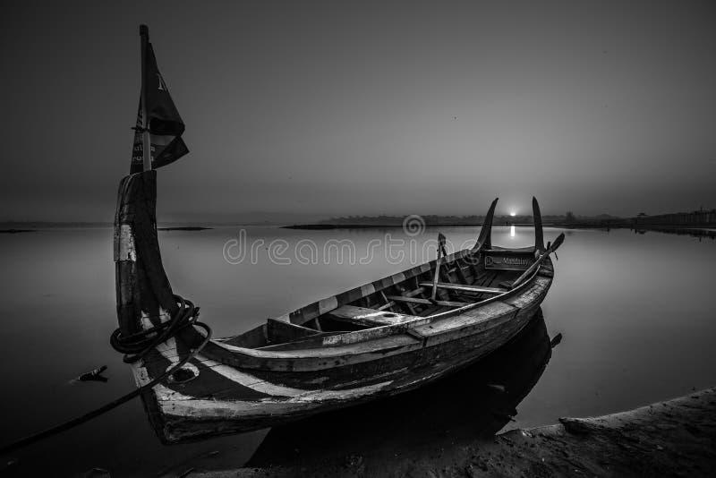 Pequeño barco de río del pasajero fotografía de archivo libre de regalías