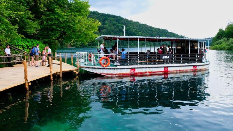 Pequeño barco eléctrico en los lagos Plitvice, Croacia foto de archivo libre de regalías