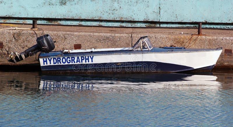Pequeño barco hidrográfico con el motor externo en Batumi, Georgia foto de archivo libre de regalías