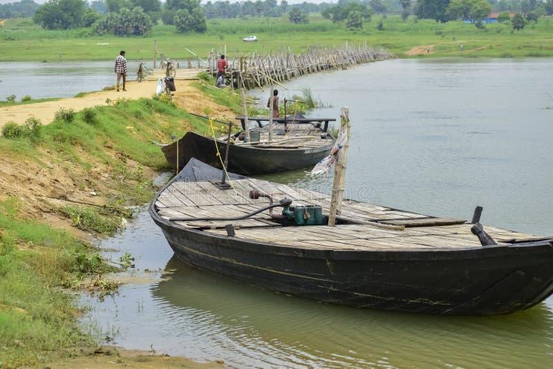 Pequeño barco que respira cerca de la orilla del río bajo el sol por la mañana. Asansol, India, 2019 fotografía de archivo