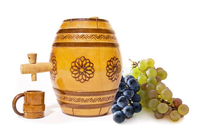 Pequeño barril con las uvas imágenes de archivo libres de regalías