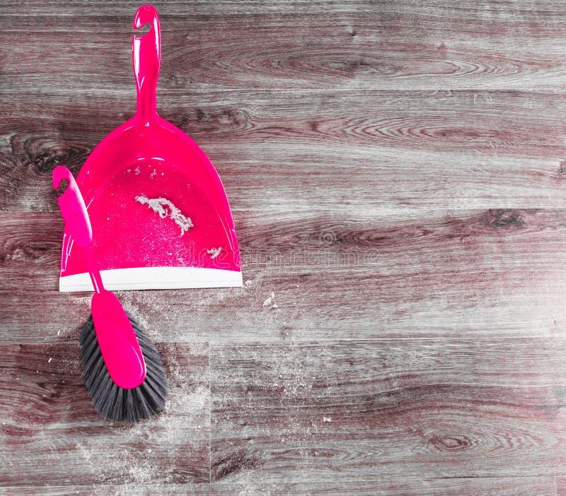 Pequeño bata la escoba y el recogedor de polvo en piso de madera fotografía de archivo libre de regalías