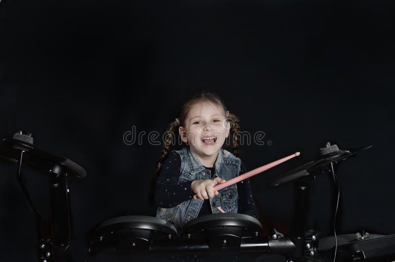 Pequeño batería caucásico de la muchacha laughting imagen de archivo