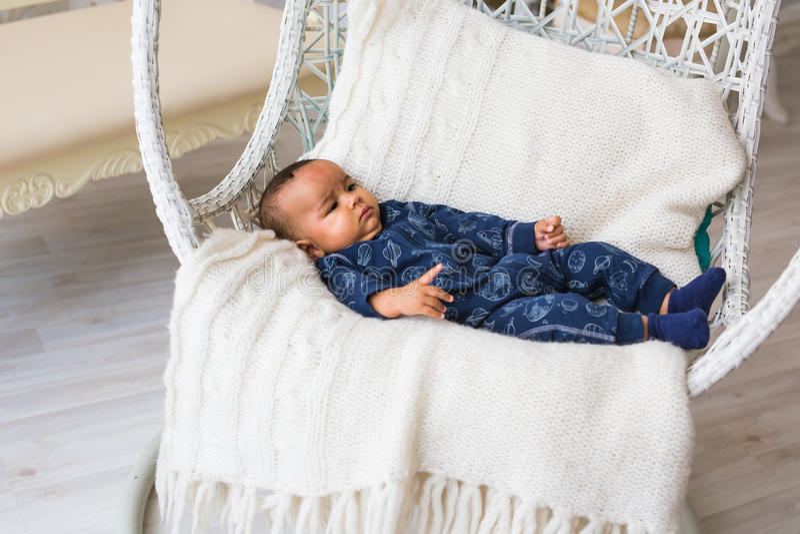 Pequeño bebé afroamericano adorable - personas negras foto de archivo