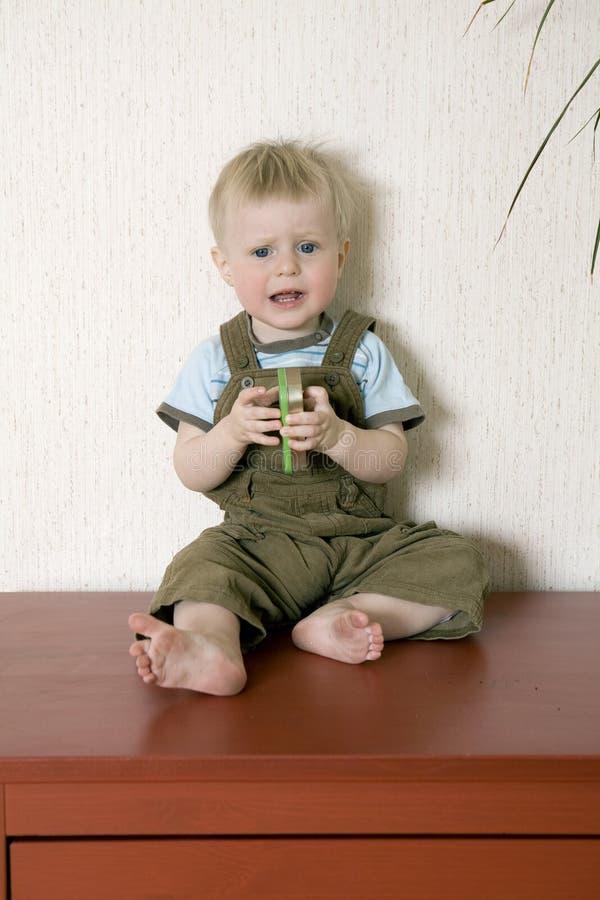 Pequeño bebé alarmado un años imagenes de archivo