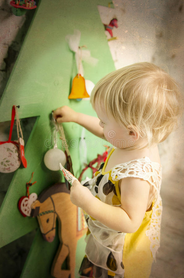 Pequeño bebé cerca del árbol del Año Nuevo imagen de archivo libre de regalías