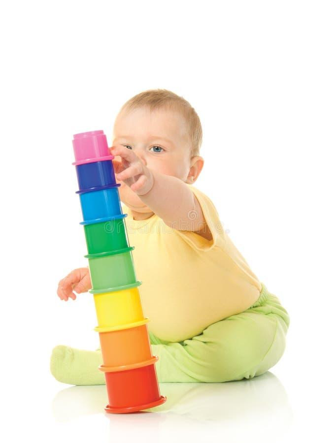 Pequeño bebé con la pirámide #4 del juguete aislado imagenes de archivo