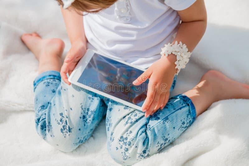 Pequeño bebé con la tableta fotografía de archivo