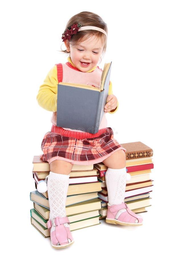 Pequeño bebé con muchos libros imagen de archivo libre de regalías