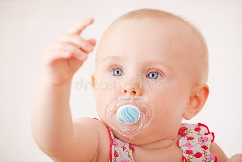 Pequeño bebé con un maniquí fotografía de archivo