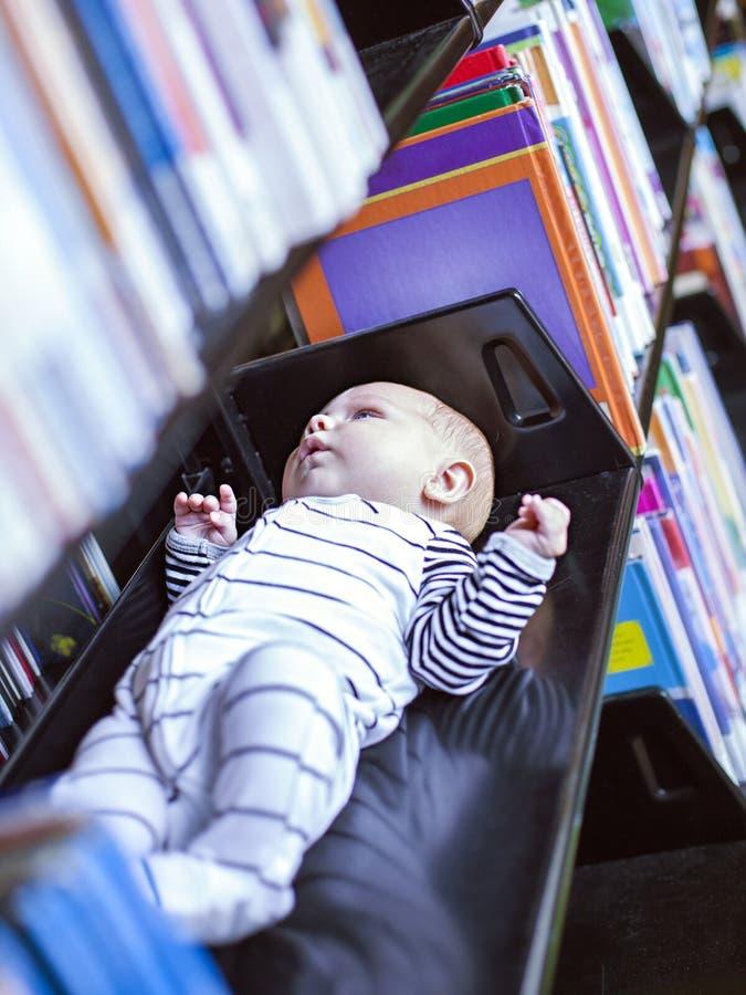 Pequeño bebé en biblioteca foto de archivo libre de regalías