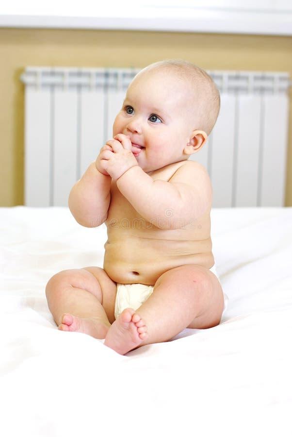 Pequeño bebé en cama. foto de archivo libre de regalías
