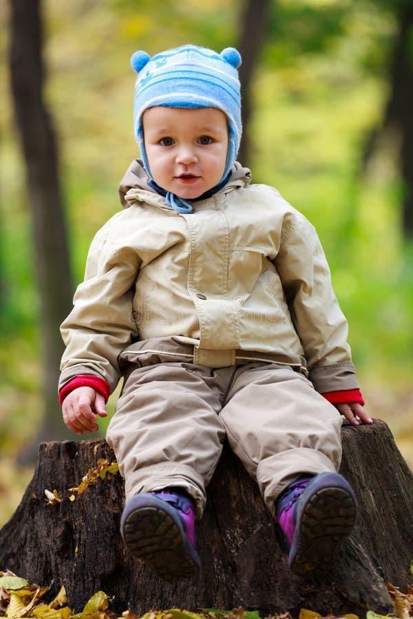 Pequeño bebé en el parque imagenes de archivo