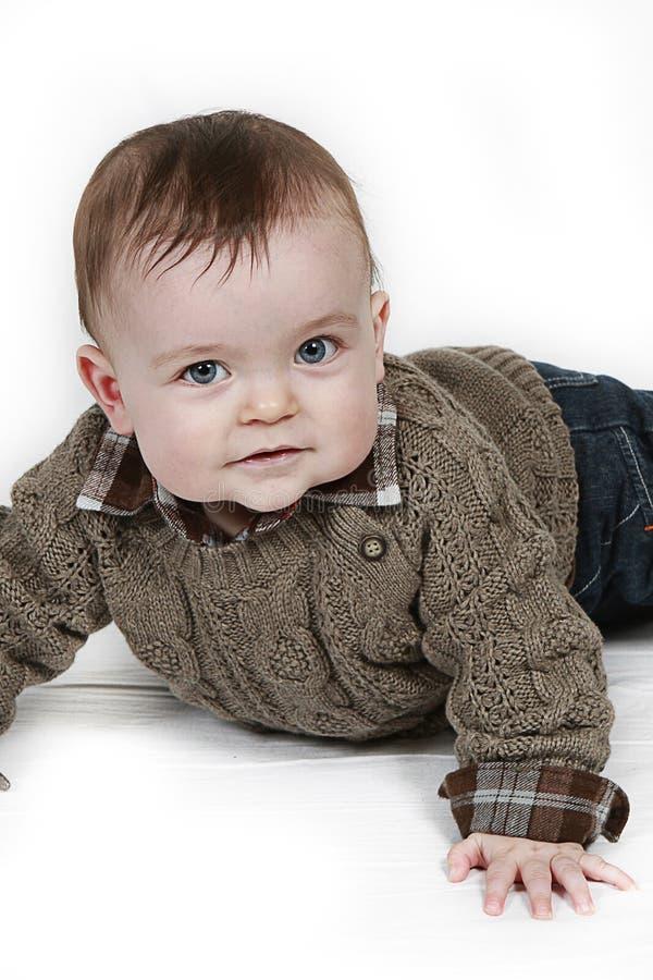 Pequeño bebé en el primer tomado blanco foto de archivo libre de regalías