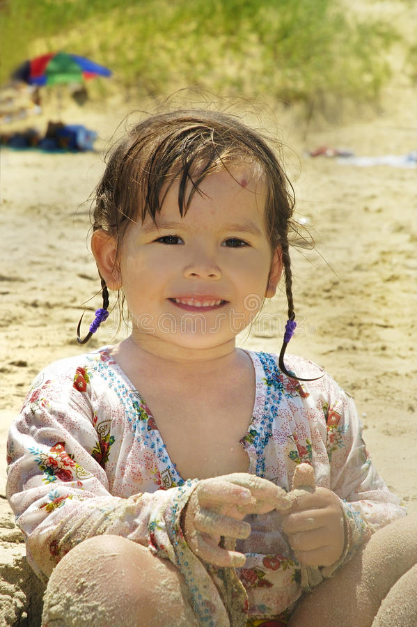Pequeño bebé en la playa imagenes de archivo