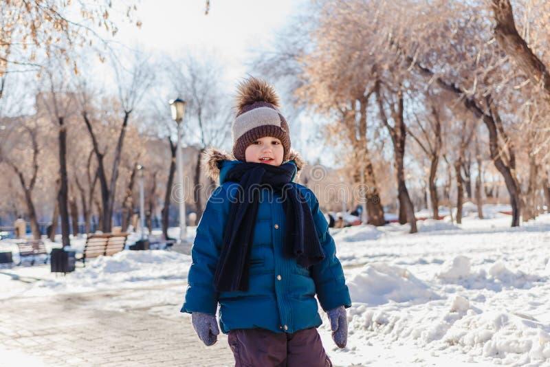 Pequeño bebé en una chaqueta y un CASQUILLO calientes en invierno foto de archivo libre de regalías