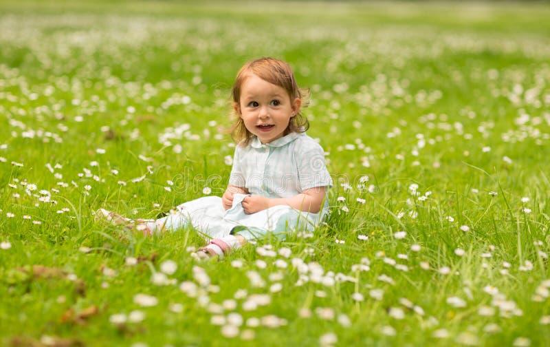 Pequeño bebé feliz en el parque en verano fotos de archivo