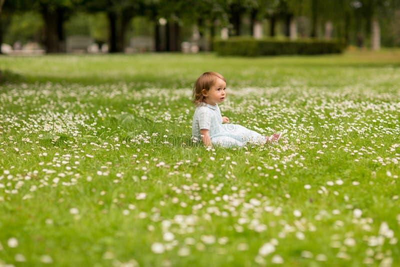 Pequeño bebé feliz en el parque en verano fotos de archivo libres de regalías